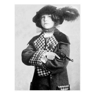 Mujer con Pistol, 1910 Postal