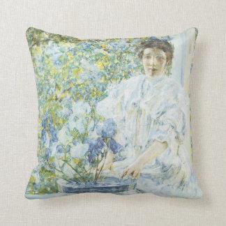 Mujer con un florero de iris cojín decorativo