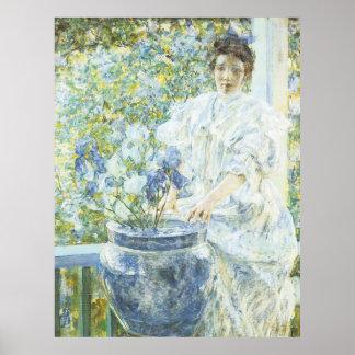Mujer con un florero de iris póster