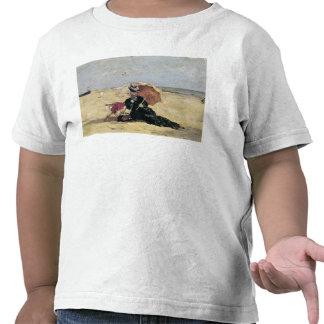 Mujer con un parasol en la playa, 1880 camisetas