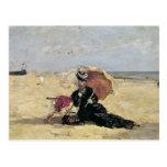 Mujer con un parasol en la playa, 1880 postal
