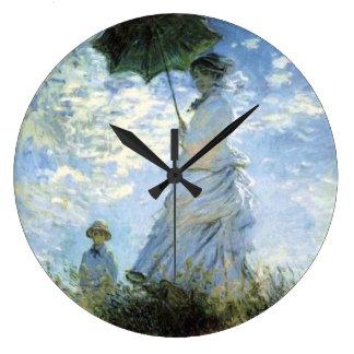 Mujer con un parasol reloj redondo grande