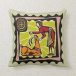 Mujer con una almohada del diseño de los ciervos d