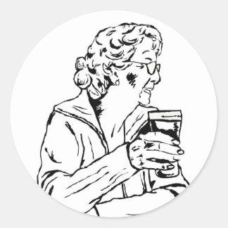 Mujer con una pinta pegatina redonda