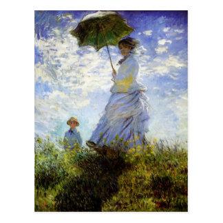 Mujer con una postal del parasol