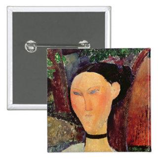 Mujer con una tirilla de la camisa del terciopelo, pin cuadrado