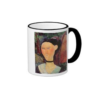 Mujer con una tirilla de la camisa del terciopelo, taza de dos colores