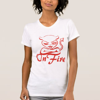 Mujer coqueta del diablo del guiño en el fuego tee shirt