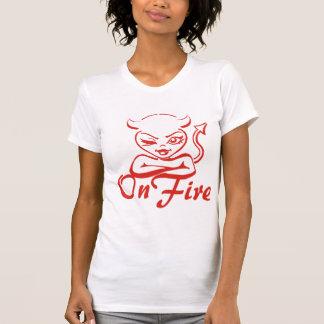 Mujer coqueta del diablo del guiño en el fuego playera