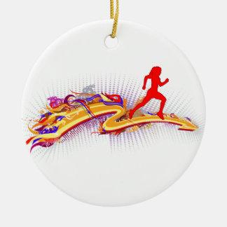 Mujer corriente colorida adorno navideño redondo de cerámica