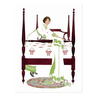 Mujer de Coles Phillips y cama imperial y edredone Tarjeta Postal