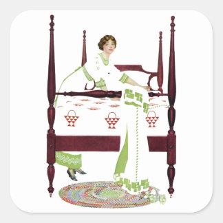 Mujer de Coles Phillips y cama imperial y Pegatina Cuadrada