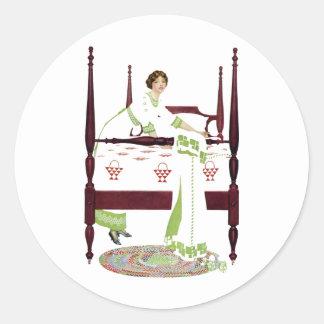 Mujer de Coles Phillips y cama imperial y Pegatina Redonda
