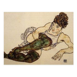 Mujer de descanso de Egon Schiele- con las medias  Postales