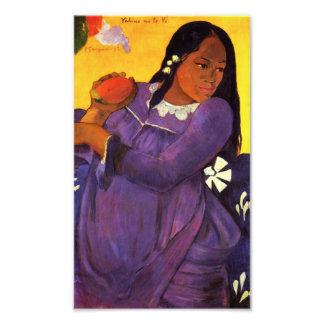 Mujer de Gauguin con una impresión de la foto del