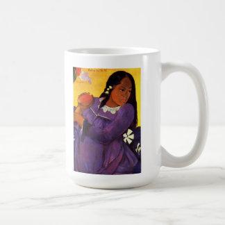 Mujer de Gauguin con una taza del mango