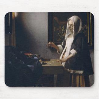 Mujer de Juan Vermeer- que lleva a cabo un equilib Tapetes De Ratones