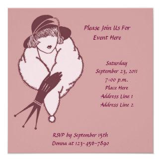 Mujer de la alta moda en la invitación rosada
