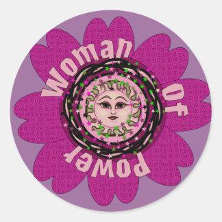 Mujer de la flor del poder pegatina redonda