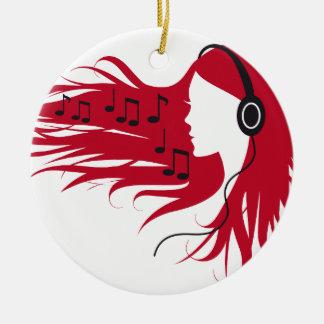 Mujer de la música con los auriculares y el pelo adorno navideño redondo de cerámica