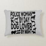 Mujer de la policía del amante del perro