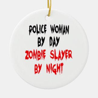 Mujer de la policía del asesino del zombi adorno navideño redondo de cerámica