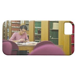 Mujer de la raza mixta que hace la investigación e iPhone 5 carcasas