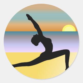 Mujer de la yoga de la playa que plantea a los pegatina redonda