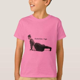 Mujer de la yoga del vintage que hace actitud playera