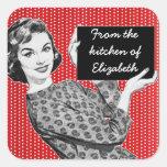 mujer de los años 50 con las etiquetas de una pegatinas cuadradases