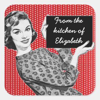 mujer de los años 50 con las etiquetas de una pegatina cuadrada