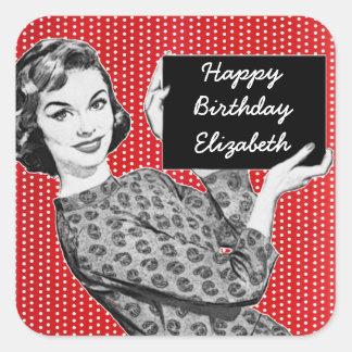 mujer de los años 50 con un cumpleaños de la pegatina cuadrada