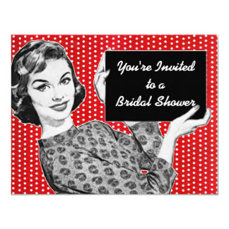 mujer de los años 50 con una ducha nupcial de la invitaciones personales