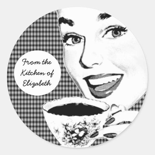 mujer de los años 50 con una etiqueta de la cocina