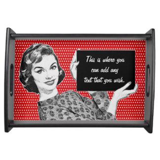 mujer de los años 50 con una muestra bandejas