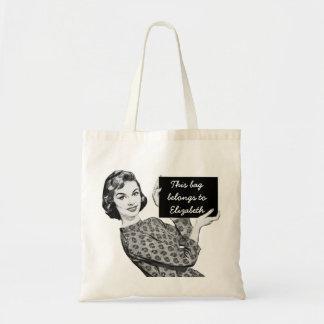 mujer de los años 50 con una muestra bolsa tela barata