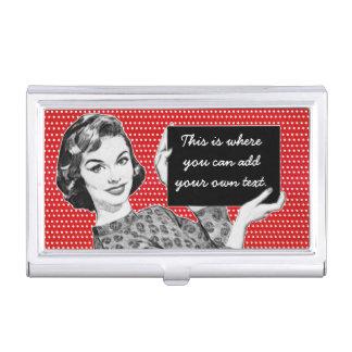 mujer de los años 50 con una muestra cajas de tarjetas de negocios
