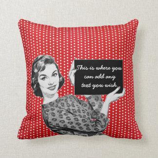 mujer de los años 50 con una muestra almohadas