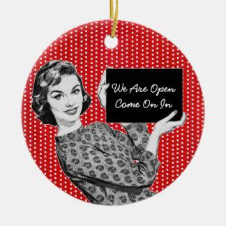 mujer de los años 50 con una muestra ornamento de navidad