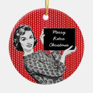 mujer de los años 50 con una muestra del navidad adorno navideño redondo de cerámica