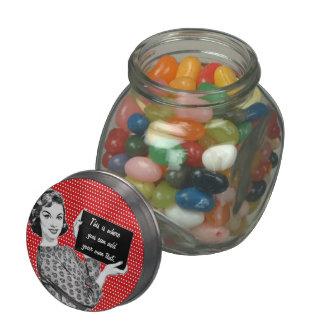 mujer de los años 50 con una muestra frascos de cristal jelly belly