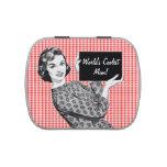 mujer de los años 50 con una muestra latas de caramelos