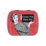 mujer de los años 50 con una muestra jarrones de caramelos