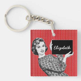 mujer de los años 50 con una muestra llaveros