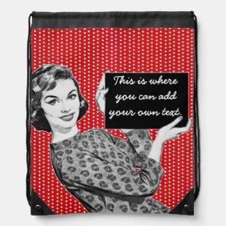 mujer de los años 50 con una muestra mochilas