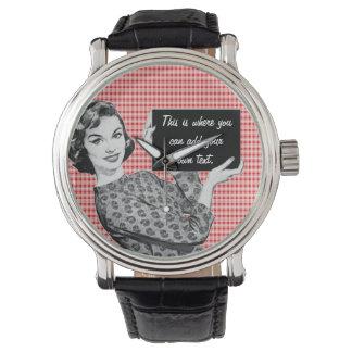 mujer de los años 50 con una muestra reloj
