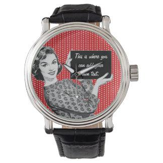 mujer de los años 50 con una muestra relojes de mano