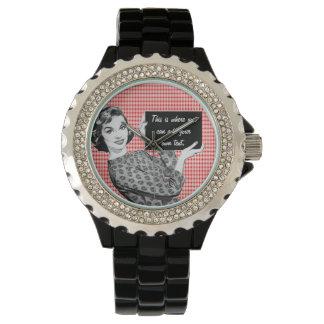 mujer de los años 50 con una muestra relojes de pulsera
