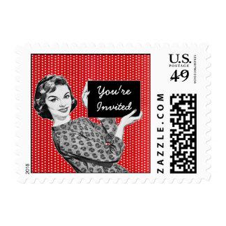 mujer de los años 50 con una muestra sellos