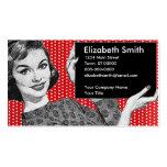 mujer de los años 50 con una muestra tarjetas de negocios